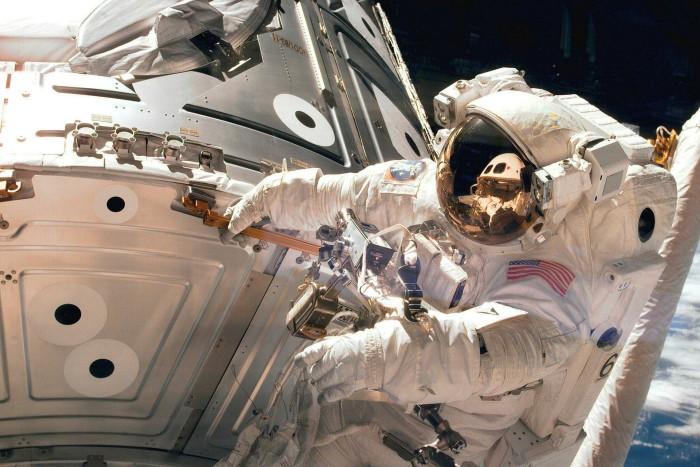 Astronot James H. Newman selama perjalanan ruang angkasa 1998