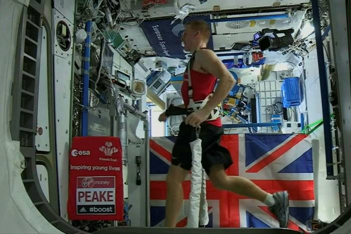 Astronot Inggris Tim Beck berlari di atas treadmill di Stasiun Luar Angkasa Internasional pada tahun 2016