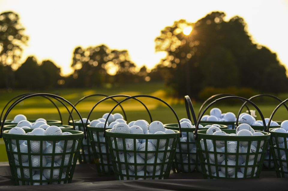 ATLANTA, GA - 6 September: Bola latihan gelar dan bola Bridgestone duduk di keranjang saat matahari terbenam selama Putaran Ketiga Kejuaraan TOUR di East Lake Golf Club pada 6 September 2020 di Atlanta, Georgia.  (Foto oleh Keyur Khamar / PGA TOUR via Getty Images)
