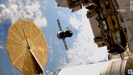 Astronot mengangkut pesawat luar angkasa di luar Stasiun Luar Angkasa Internasional