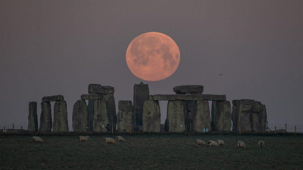Saksikan kecemerlangan 'Super Pink Moon' 2021 dalam foto-foto menakjubkan ini
