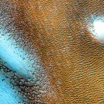 Struktur biru aneh bersinar di permukaan Mars dalam gambar NASA yang baru