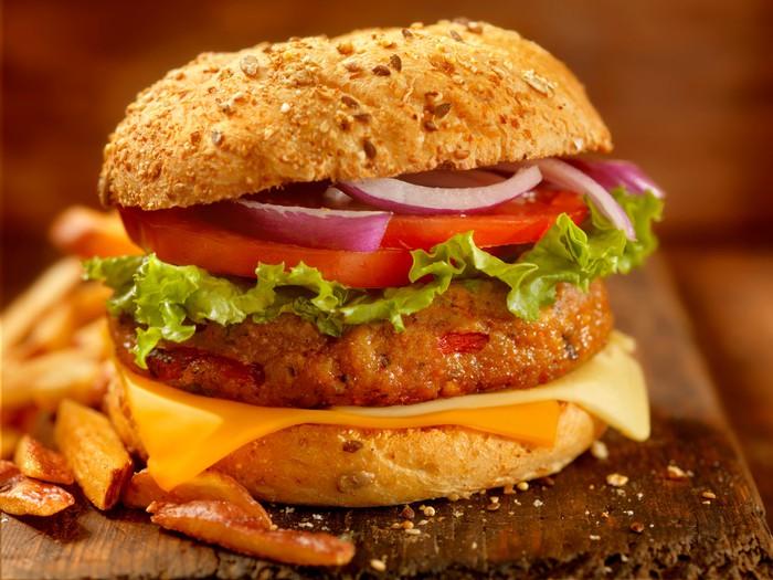 Burger daging sapi vegan gourmet dengan kentang goreng kulit merah