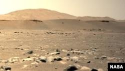 Helikopter Mars inovatif NASA dapat dilihat berputar-putar selama penerbangan ketiganya pada 25 April 2021, seperti yang terlihat melalui kamera navigasi kiri di atas NASA Mars Rover.  (Kredit gambar: NASA / JPL-Caltech)
