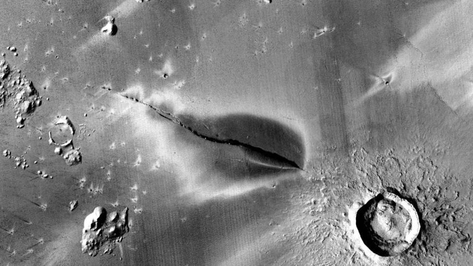 Gambar permukaan Mars dalam bayangan gunung berapi yang gelap