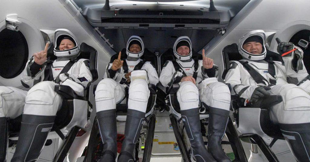 Astronot SpaceX Crew Dragon tiba di rumah mereka dengan percikan air sebelum fajar yang langka di Teluk Meksiko