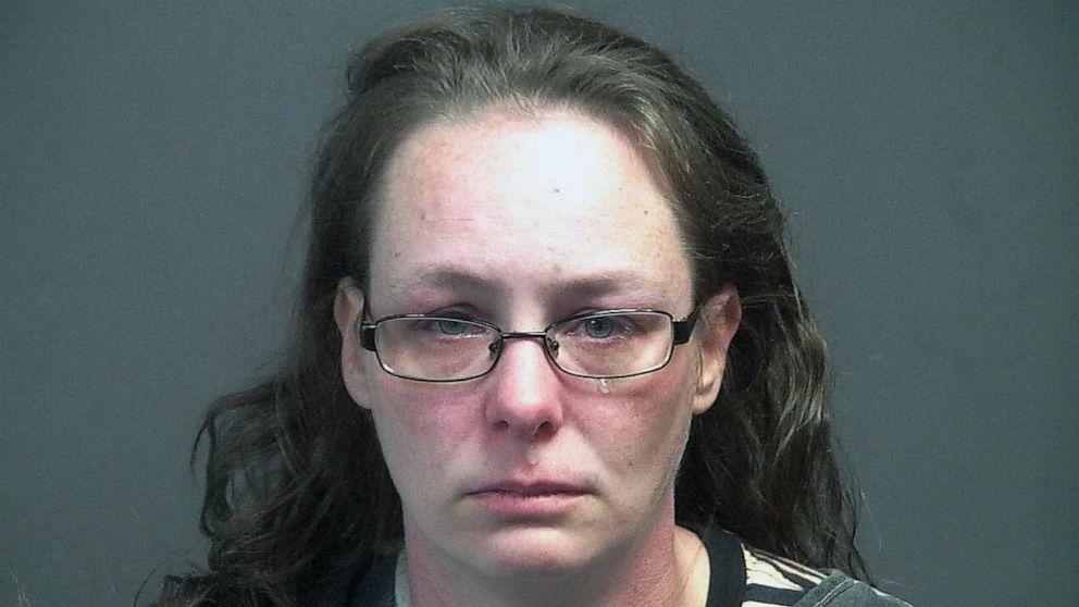 Pihak berwenang mengatakan seorang wanita Tennessee ditangkap karena bergegas melintasi tenda vaksinasi COVID-19 sebagai protes