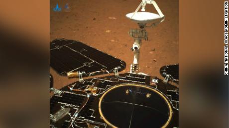 Panel surya dan antena penjelajah Zhurong, yang secara alami terbuka setelah mendarat, pada 19 Mei.