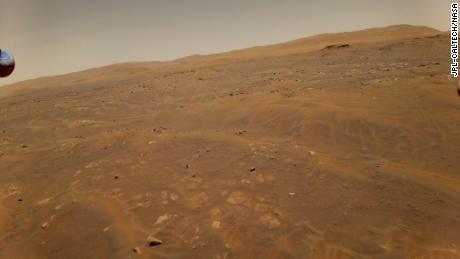 Penjelajah ketekunan melakukan perjalanan di jalan menuju Mars