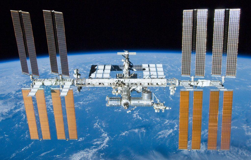 Gambar stasiun luar angkasa sedang mencoba menggerakkan satelit dengan kecepatan tinggi