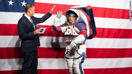 NASA merancang pakaian luar angkasa baru untuk misi bulan mendatang pada tahun 2024