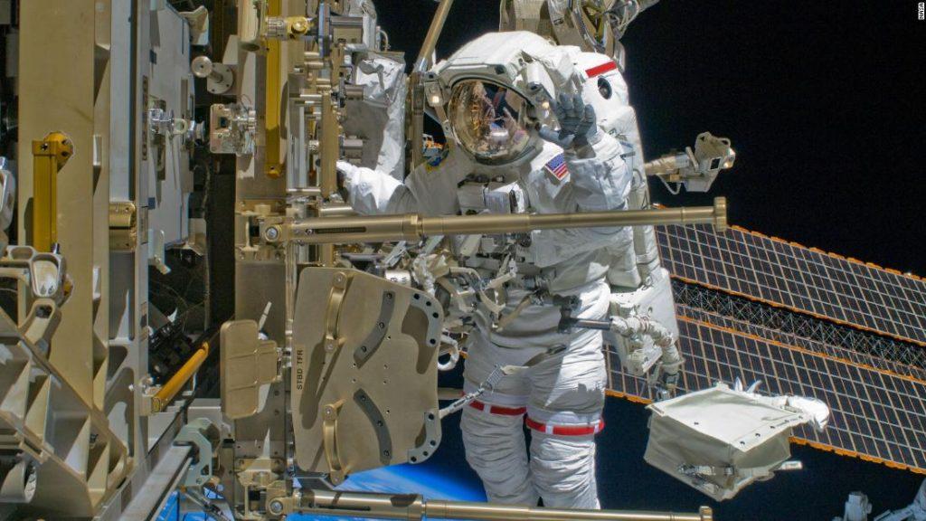 Tonton para astronot memberi dorongan kepada Stasiun Luar Angkasa Internasional