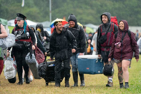 Festival-goers di Download Festival di Donington Park, Inggris, Jumat lalu.  Festival yang berlangsung selama tiga hari tersebut merupakan ajang uji coba untuk mengkaji bagaimana penularan Covid-19 terjadi di keramaian, dengan kapasitas yang dikurangi.