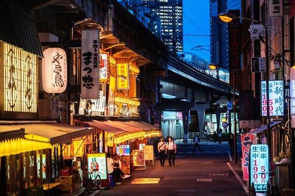 Di Tokyo minggu lalu.  Panitia penyelenggara Olimpiade mengatakan sedang mempertimbangkan untuk menjual minuman beralkohol selama pertandingan, yang akan dimulai di ibukota Jepang pada 23 Juli.