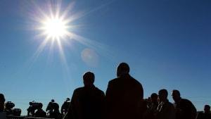 Matahari terbit di atas kerumunan orang di Australia.
