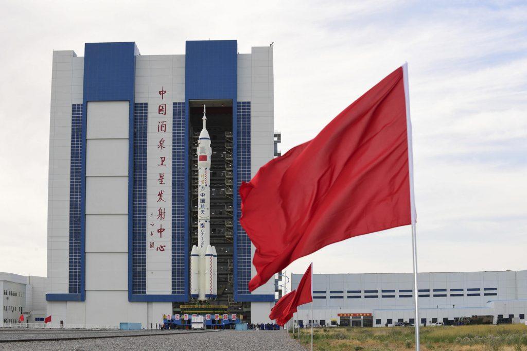 Roket di platform, China siap mengirim kru pertama ke stasiun luar angkasa