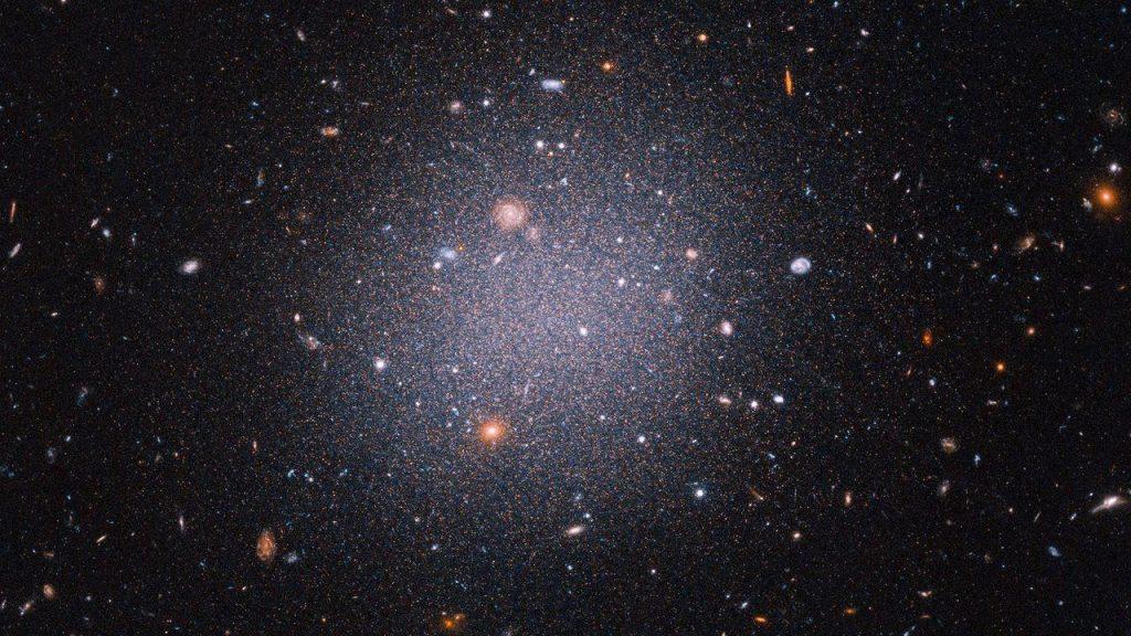 Tampaknya galaksi aneh yang berjarak 72 juta tahun cahaya jauhnya kehilangan materi gelapnya