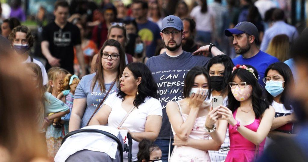 Haruskah orang yang divaksinasi lengkap terus memakai masker?  Para ahli menimbang.