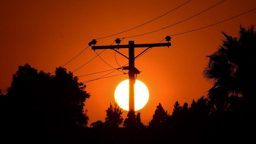 Operator California mengeluarkan peringatan fleksibel pada hari Jumat karena panas yang ekstrem