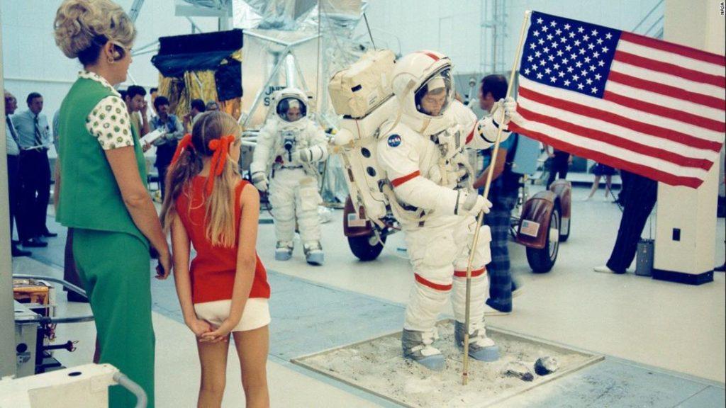 Hidup di bumi saat ayahmu berjalan di bulan
