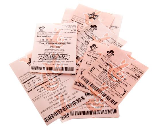 Swindon, Inggris - 2 Agustus 2015: gaya baru dan lama Euromillions dan tiket lotre Lotto dengan latar belakang putih