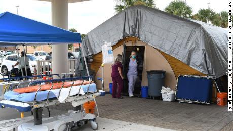 Perawat di tenda perawatan di luar unit gawat darurat di Holmes Regional Medical Center di Melbourne, Florida, yang berfungsi sebagai area overflow bagi mereka yang terinfeksi Covid-19.
