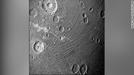Misi Juno NASA mengambil gambar close-up pertama planet Jupiter terbesar dalam satu generasi.