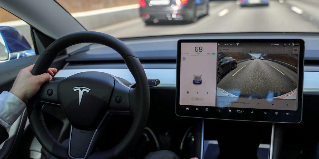 Mobil Tesla self-driving penuh tertipu oleh bulan, matahari, papan reklame, burger king