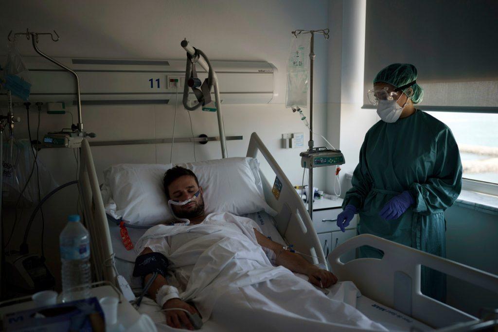 Pasien muda membanjiri rumah sakit Spanyol di tengah gelombang baru COVID