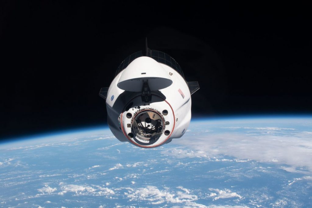Saksikan para astronot menggerakkan pesawat luar angkasa SpaceX Crew Dragon mereka sepanjang hari sebelum peluncuran Boeing's Starliner