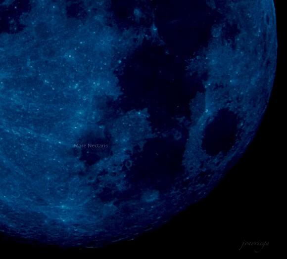 Tampilan bulan dari dekat menunjukkan kawah dan area gelap, semuanya berwarna nila.