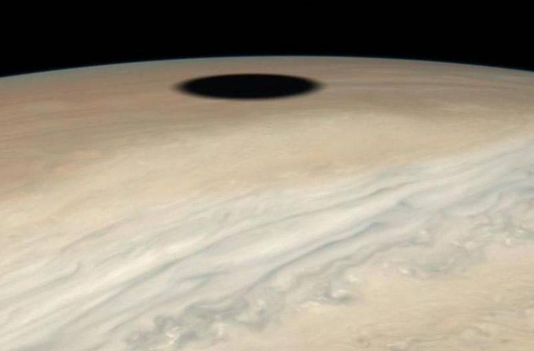 Bulan Jupiter Io membuat bayangan di planet ini