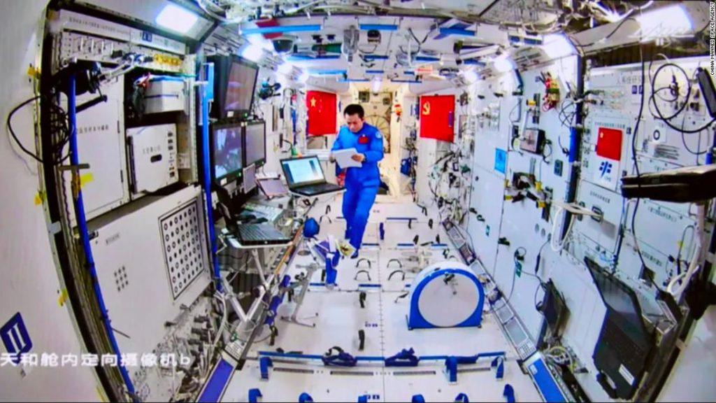 Astronot China melakukan perjalanan luar angkasa kedua mereka di luar stasiun luar angkasa yang direncanakan