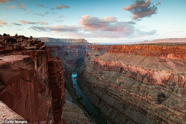 Perbedaan lapisan geologis di sisi timur dan barat lembah, yang dikenal sebagai 'Ketidaksejajaran Besar' telah menyebabkan penggenangan batu dan palung selama satu miliar tahun.