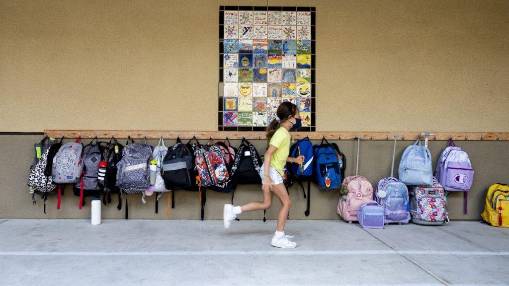 CDC: Guru yang tidak divaksinasi dan dibuka kedoknya menyebabkan wabah di seluruh komunitas di California