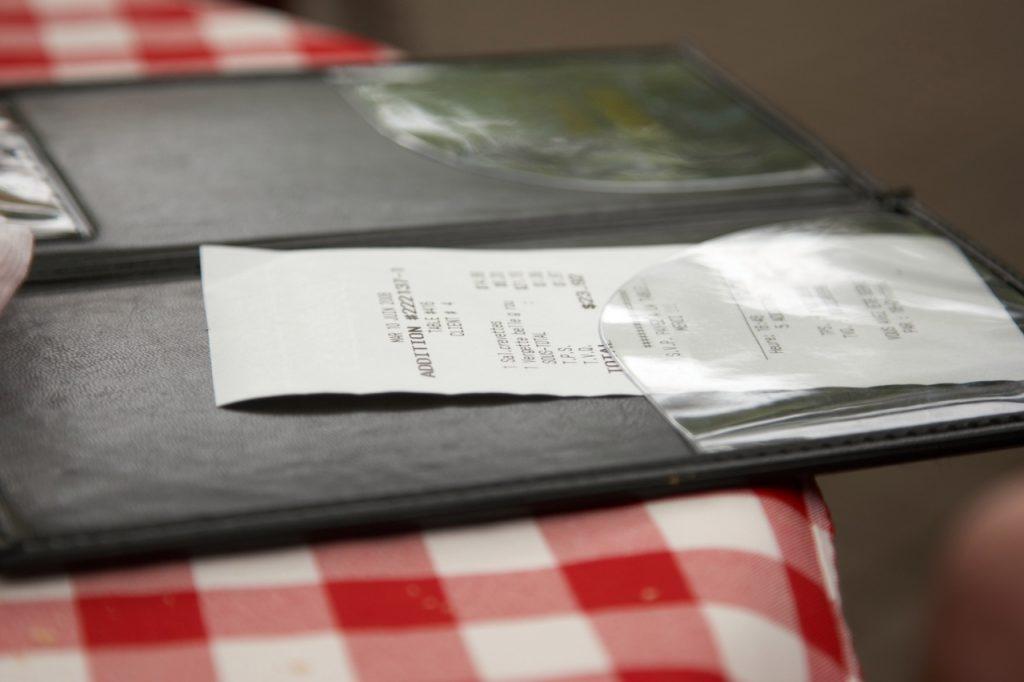 """Klien restoran mengumpulkan seluruh staf di ruang makan, dan mengumumkan """"sesuatu yang luar biasa"""""""