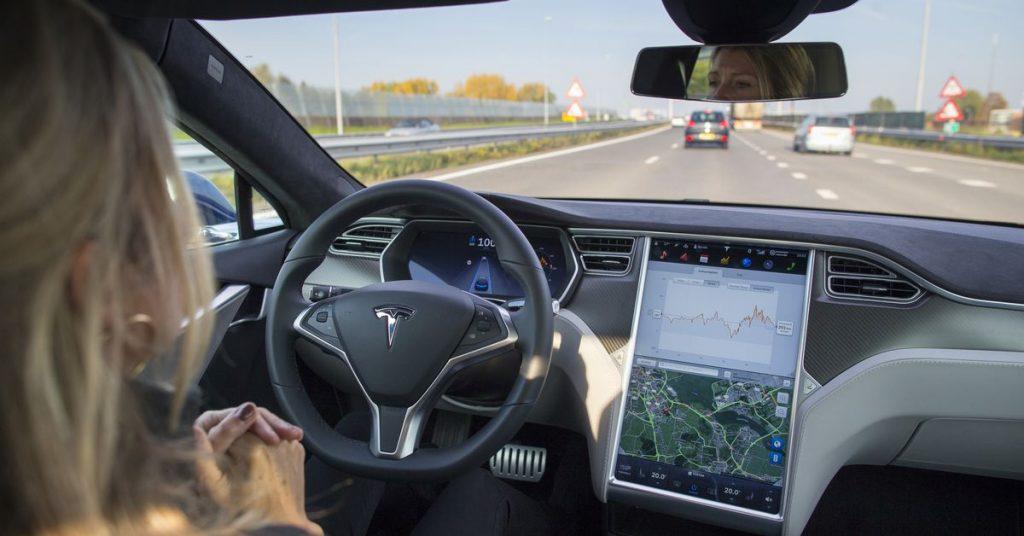 Pemerintah AS membuka penyelidikan atas kecelakaan autopilot Tesla di kendaraan darurat