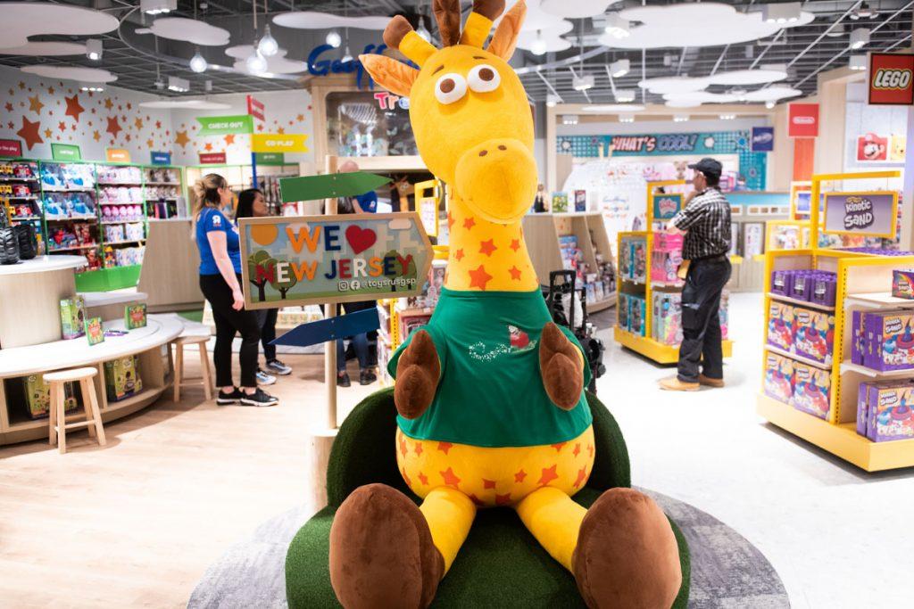 Toys 'R' Us kembali dengan toko baru di lebih dari 400 toko Macy setelah kebangkrutan dan penutupan