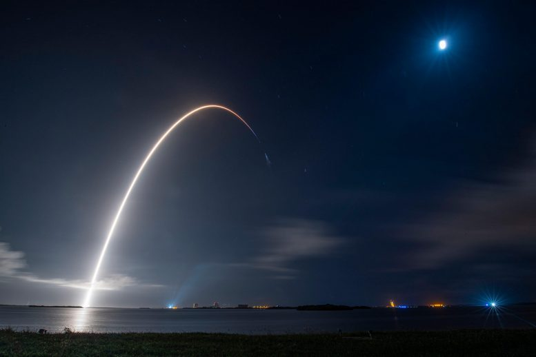 Roket SpaceX Falcon 9 meluncurkan pesawat ruang angkasa Cargo Dragon