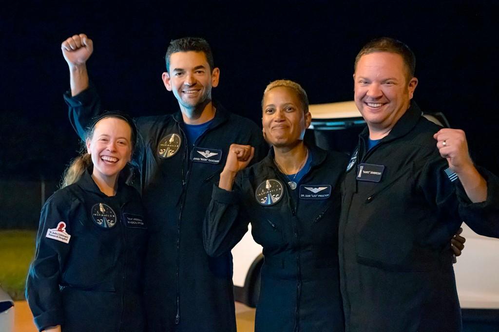 Awak penerbangan SpaceX termasuk Hayley Arsenault (kiri), Jared Isaacman, Sian Procter dan Chris Semibrowski (kanan).