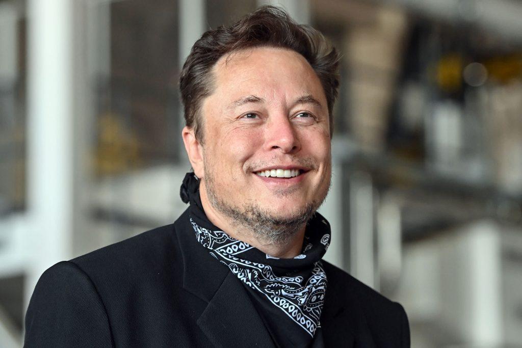 Elon Musk mengejek Presiden Biden setelah SpaceX menyelesaikan misi sipil pertamanya