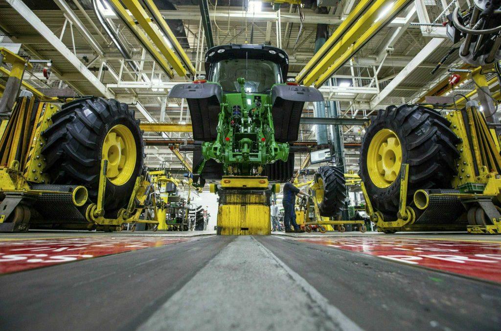 Sebagian besar pekerja Deere menolak tawaran kontrak dari pembuat traktor