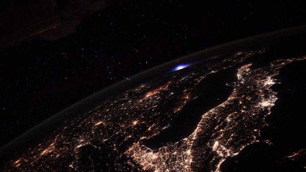 Gambar astronot menunjukkan kilatan biru besar di atmosfer bumi